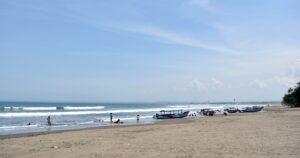 wisatawan pantai pangandaran jawa barat